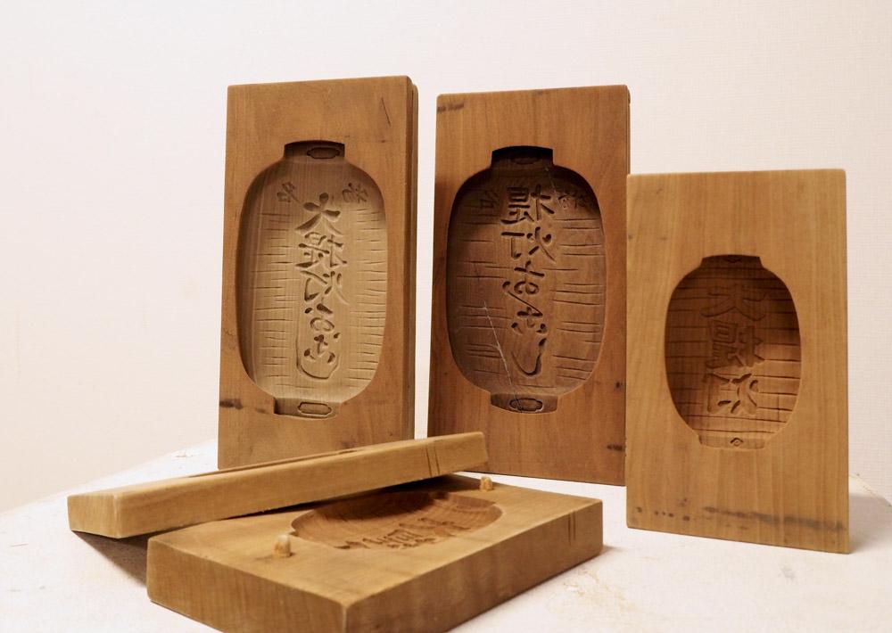 大型木型:昭和の時代に活躍した大型木型。結婚式の引き出物(砂糖)に使われまし た。現在店内で展示中です。